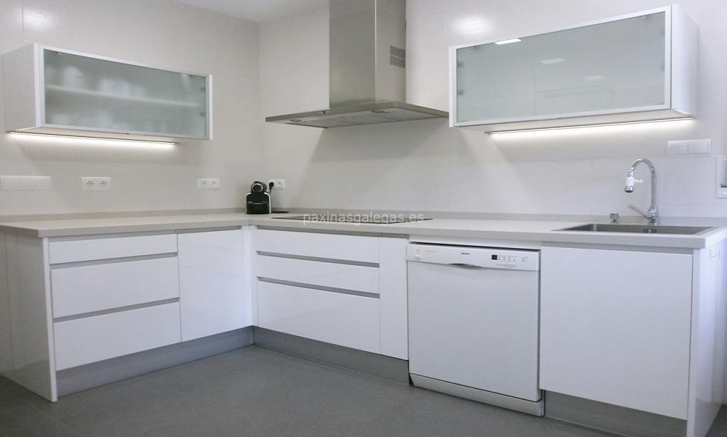 Roble galicia s l caldas for Muebles de cocina modernos color blanco